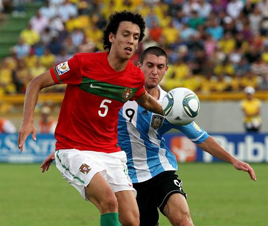 El jugador de la selección de Argentina Facundo Ferreyra (d) disputa el balón con el portugués Roderick/EFE