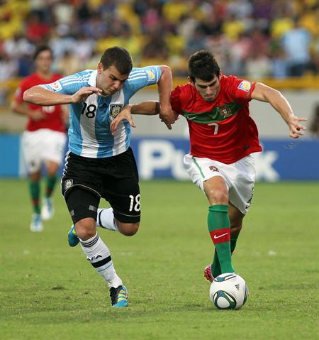 El jugador de la selección de Argentina Leandro Gonzáles Pirez (i) disputa el balón con el portugués Nelson Oliveira/EFE