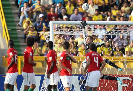 Jugadores de la selección sub 20 de Portugal hacen una barrera ante un tiro libre de Lamela/EFE