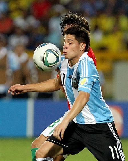 El jugador de la selección de Argentina Juan Iturbe (frente) disputa el balón con el portugués Cedric/EFE
