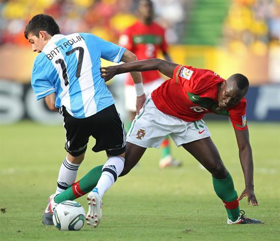 El jugador de la selección sub 20 de Argentina Rodrigo Battaglia (i) lucha un blalón con Danilo (d) de Portugal/EFE