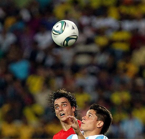 El jugador de la selección sub 20 de Argentina Juan Iturbe (d) lucha por el balón con Martins (i) de Portugal/EFE