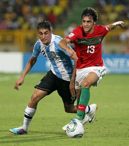 El jugador de la selección de Argentina Roberto Pereyra (i) disputa el balón con el portugués Luis Martins/EFE
