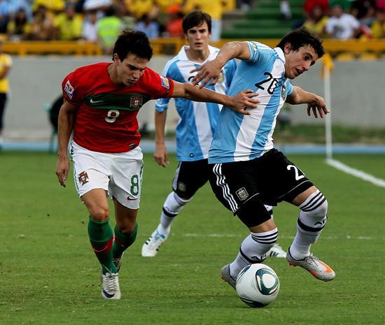 El jugador de la selección de Argentina Hugo Martín Nervo (d) disputa el balón con el portugués Cedric/EFE