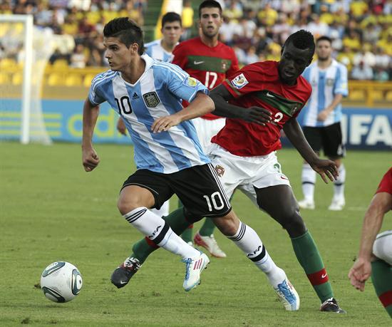El jugador de la selección de Argentina Erik Lamela (i) disputa el balón con el portugués Pele/EFE