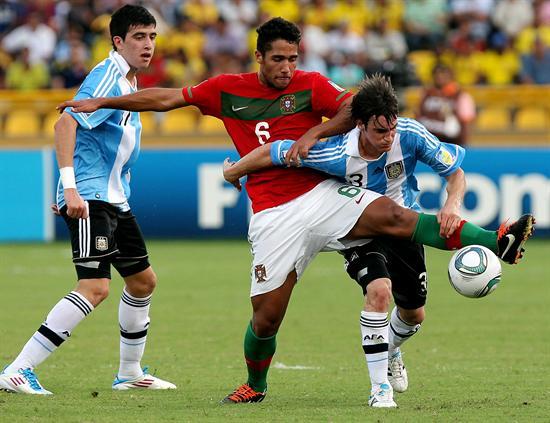 El jugador de la selección de Argentina Nicolás Tagliafico (d) disputa el balón con el portugués Julio Alves/EFE