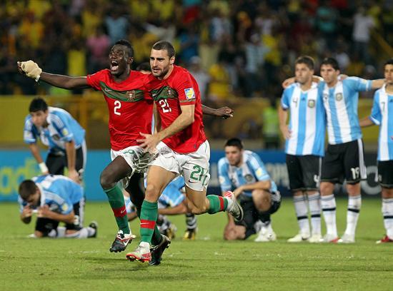 Los jugadores de la selección sub 20 de Portugal Pele (i) y Rafael Lopes (d) celebran su triunfo sobre Argentina/EFE