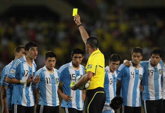 El árbitro neozelandés Peter O'Leary (c) amonesta a Rodrigo Battaglia (i) de la selección sub 20 de Argentina/EFE