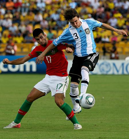 El jugador de la selección de Argentina Nicolas Tagliafico (d) disputa el balón con el portugués Agostinho Cá/EFE