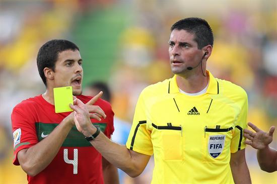El árbitro neozelandés Peter O'Leary (d) habla con Nuno Reis (i) de la selección sub 20 de Portugal/EFE