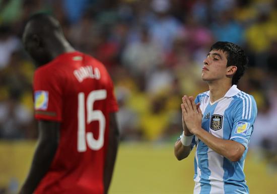 El jugador de la selección sub 20 de Argentina Rodrigo Battaglia (d) hace un gesto cerca de Danilo (i) de Portugal/EFE