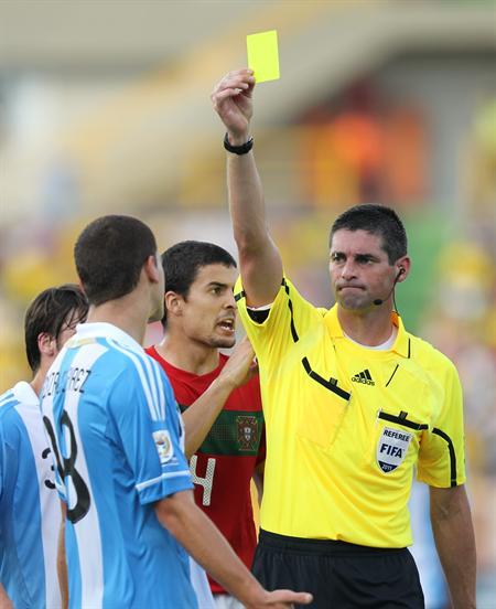 El árbitro neozelandés Peter O'Leary (d) muestra la tarjeta amarilla al jugador de la selección sub 20 de Argentina Leandro González Pirez/EFE