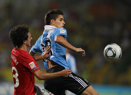 El jugador de la selección sub 20 de Argentina Erik Lamela (d) lucha por el balón con Martins (i) de Portugal/EFE