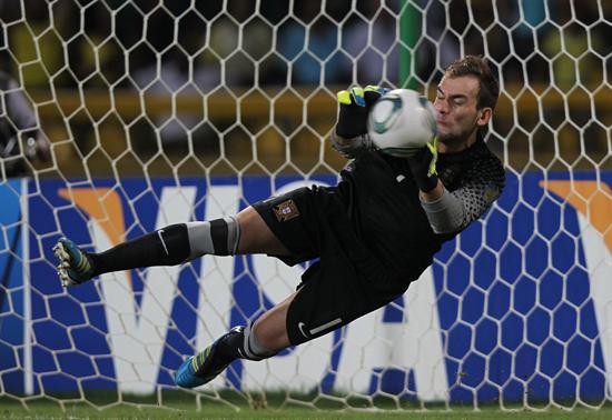 El portero de la selección sub 20 de Portugal, Mika, ataja un penalti a Argentina/EFE