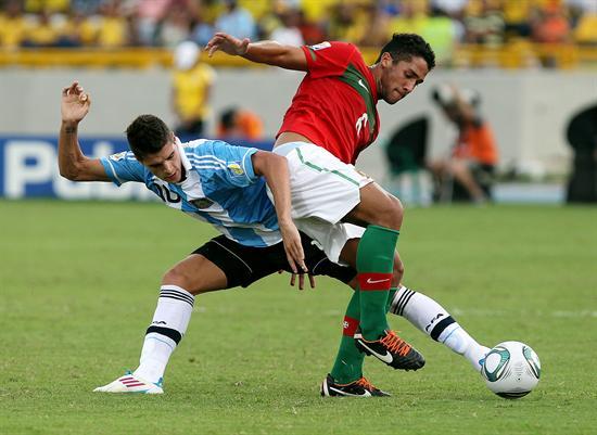El jugador de la selección de Argentina Erik Lamela (i) disputa el balón con el portugués Julio Alves/EFE
