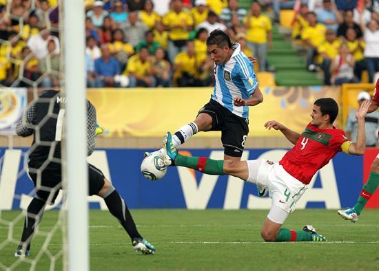 El jugador de la selección de Argentina Roberto Pereyra (c) disputa el balón con el portugués Nuno Reis/EFE
