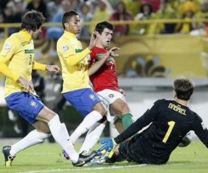 El arquero de Brasil Gabriel (d) disputa el balón con Nelso Oliveira (c) de Portugal/EFE