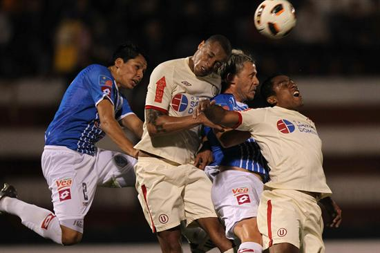Jesus Rabanal (2i) de Universitario de Deportes de Perú, disputa la pelota con Israel Damonte (2d) de Godoy Cruz. Foto: EFE