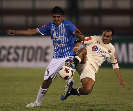 Rainer Torres (d) de Universitario de Deportes de Perú, disputa el balón con Nicolás Olmedo (i) de Godoy Cruz. Foto: EFE