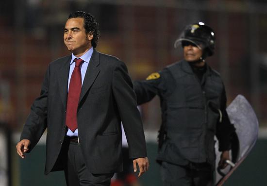 El DT del Universitario de Deportes de Perú, Jose Guillermo del Solar, reacciona en el partido ante Godoy Cruz. Foto: EFE