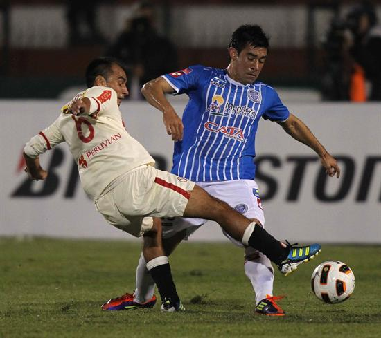 Reiner Torres (d) de Universitario de Deportes de Perú, disputa la pelota con Álvaro Navarro (i) de Godoy Cruz. Foto: EFE