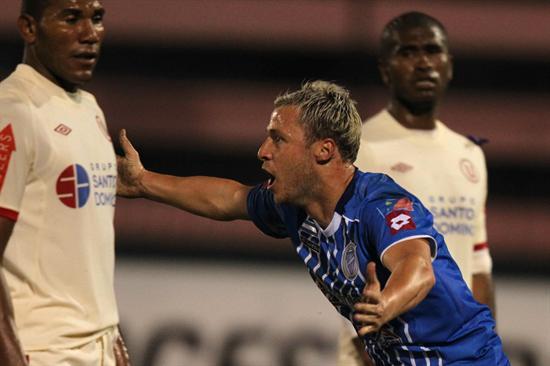 Israel Damonte de Godoy Cruz, celebra su gol contra Universitario de Deportes. Foto: EFE