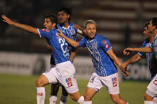 Israel Damonte (c) de Godoy Cruz, celebra su gol contra Universitario de Deportes. Foto: EFE