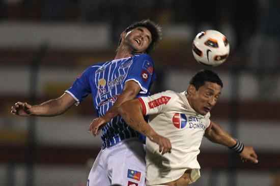 Carlos Galván (d) de Universitario de Deportes de Perú, disputa el balón con Álvaro Navarro (i) de Godoy Cruz. Foto: EFE