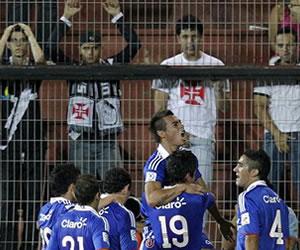 El jugador de la Universidad de Chile Eduardo Vargas (c) celebra un gol con sus compañeros ante el Vasco da Gama/EFE