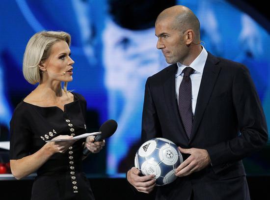 La presentadora ucraniana Olga Freimut (c) junto al ex jugador francés Zinedine Zidane (d) durante la celebración del sorteo de la fase final de la Eurocopa. Foto: EFE
