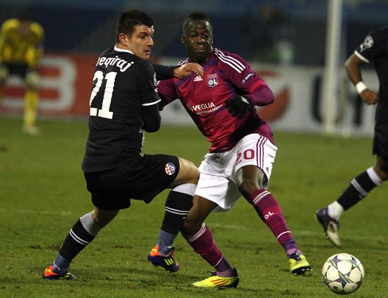El jugador Aly Cissokho (d) del Lyon disputa un balón con Fatos Beqiraj (i) del Dinamo Zagreb. Foto: EFE