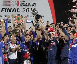 Los jugadores de la Universidad de Chile levantan el trofeo de la Copa Sudamericana/EFE