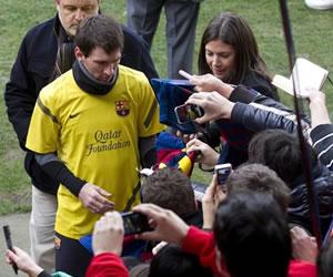 Unos 13.000 aficionados siguen el entrenamiento del Barça y de Messi en el Miniestadi