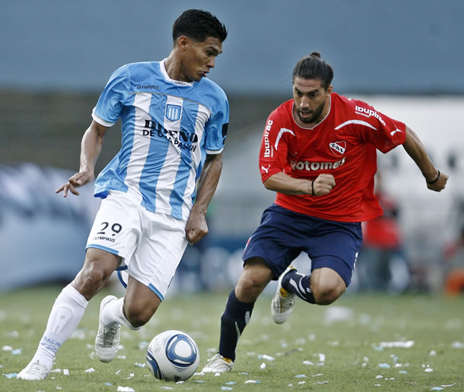 Teo Gutiérrez de Racing ante Independiente. Archivo EFE