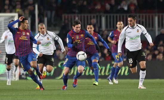 El jugador argentino del Barcelona Lionel Messi (c), controla el balón ante la presencia de su compañero Thiago Alcantara. Foto: EFE