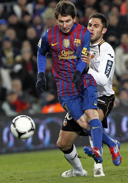 El delantero argentino del FC Barcelona, Leo Messi (i), lucha el balón con el defensa Jordi Alba, del Valencia CF. EFE