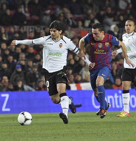 El centrocampista del Barcelona Xavi Hernández (d) intenta robar el balón al jugador argentino del Valencia Éver Banega. EFE