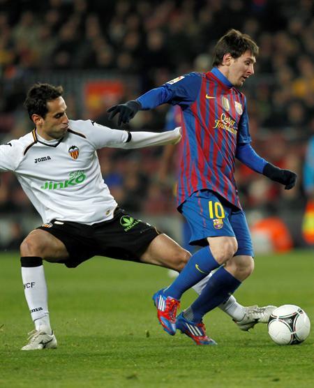 El delantero argentino del FC Barcelona, Leo Messi (d), lucha el balón con el brasileño Jonas Oliveira, del Valencia CF. EFE