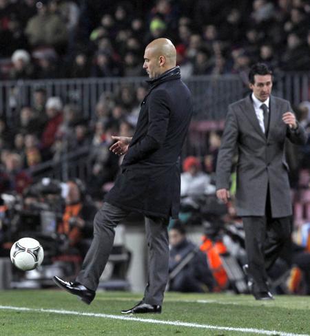 El entrenador del FC Barcelona, Pep Guardiola (i), durante el partido de vuelta de las semifinales de la Copa del Rey. EFE
