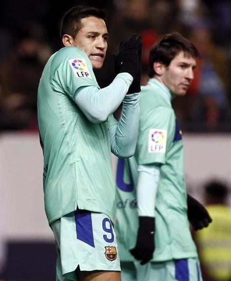 Los jugadores del FC Barcelona el chileno Alexis Sánchez (i) y el argentino Lionel Messi ante Osasuna. Foto: EFE