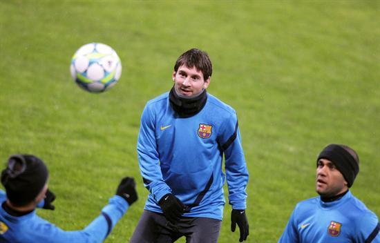 El argentino del FC Barcelona Leo Messi (c) en un entrenamiento en el estadio BayArena de Leverkusen. Foto: EFE