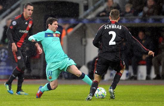 El delantero argentino del FC Barcelona, Lionel Messi (c), lucha por el balón con Daniel Schwaab (d) del Bayer Leverkusen. Foto: EFE