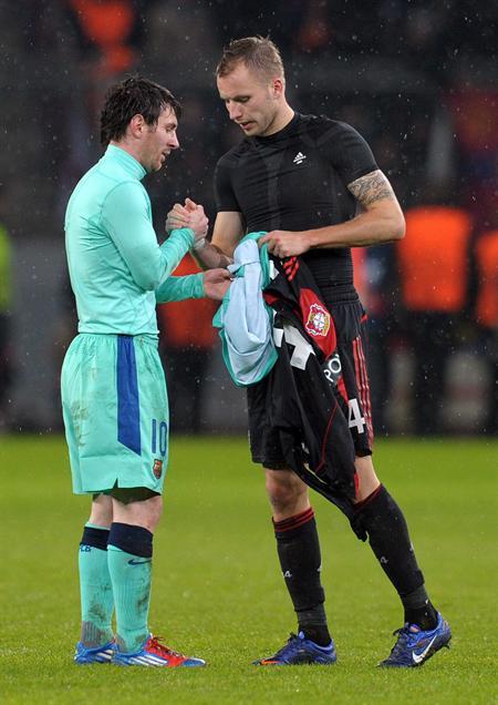 El jugador del Barcelona, el argentino Lionel Messi (i) intercambia camiseta con Michal Kadlec (d) del Bayer Leverkusen. EFE