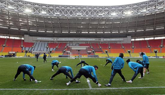 Los jugadores del Real Madrid realizan estiramientos durante un entrenamiento en el estadio en el estadio olímpico Luzhnikí de Moscú. Foto: EFE