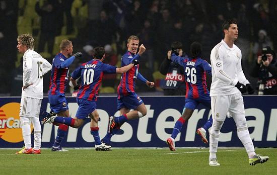 Pontus Wernbloom (c), del CSKA Moscú, muestra su alegría ante los jugadores del Real Madrid. Foto: EFE