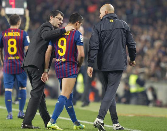 El delantero chileno del FC Barcelona Alexis Sánchez (c) se retira lesionado ante el Sporting. Foto: EFE