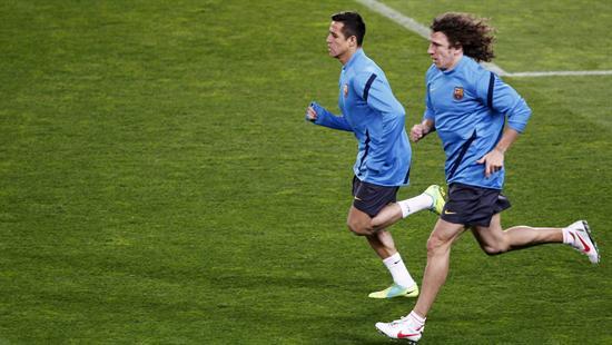 El jugador del chileno del Barcelona Alexis Sánchez (i) y su compañero Carles Puyol (d), hacen trabajo de recuperación. Foto: EFE