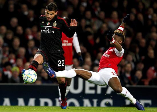 El jugador de Arsenal Alex Song (d) disputa el balón con Antonio Nocerino (i), de Milán. Foto: EFE
