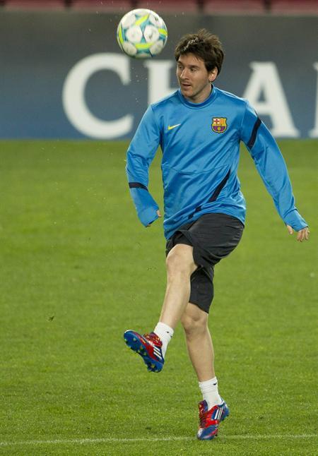 El delantero argentino Leo Messi se ejercita con el balón previo a la Champions. Foto: EFE