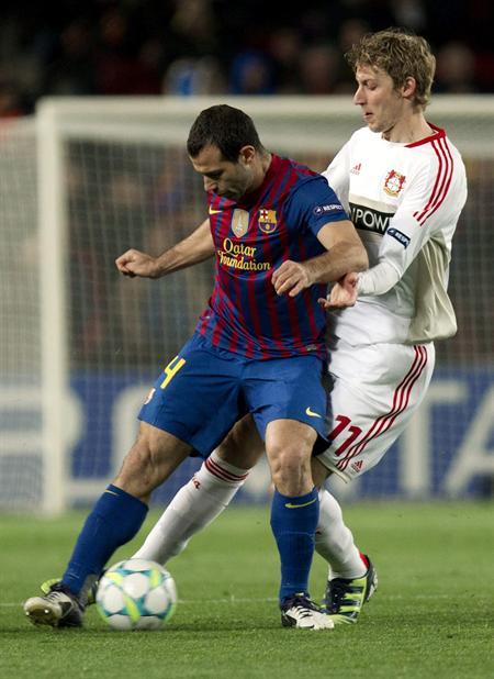 El centrocampista argentino del Barcelona Javier Mascherano (i) lucha por un balón con el jugador del Bayer Leverkusen. Foto: EFE